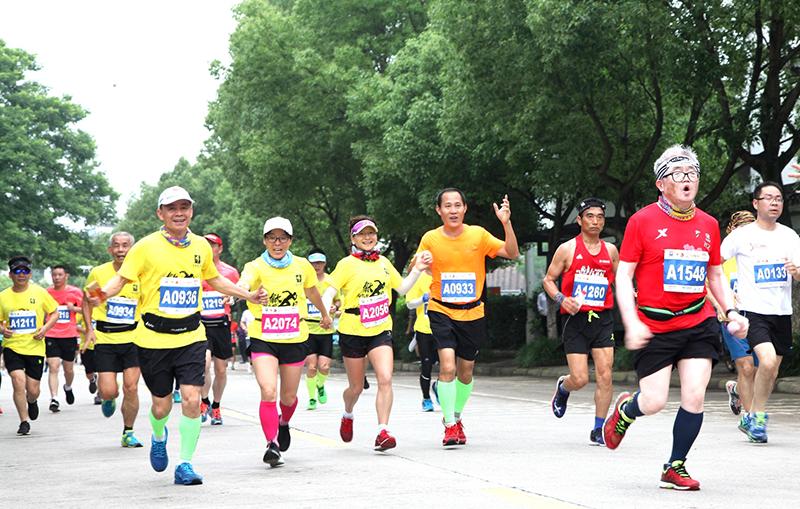 3、运动员在马拉松跑道上奔跑。.JPG